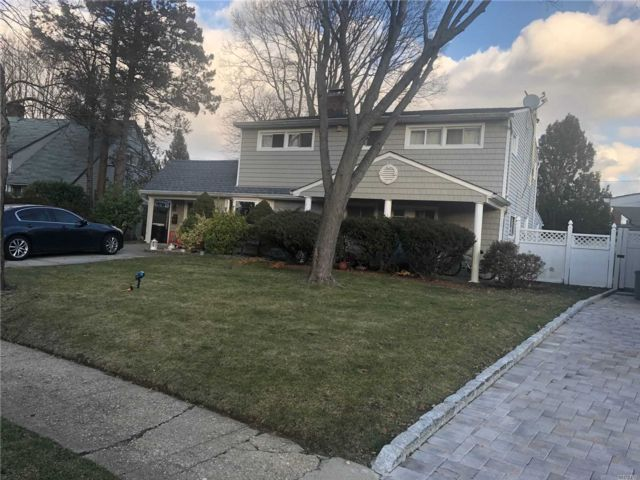 4 BR,  2.00 BTH  Ranch style home in Westbury