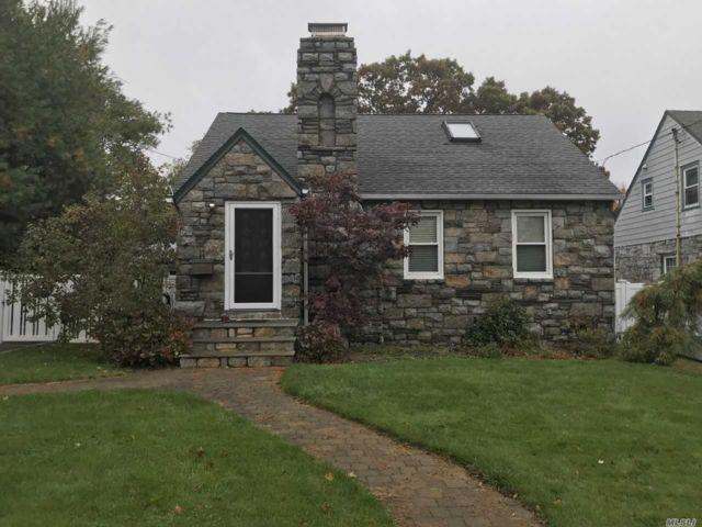 3 BR,  3.00 BTH Cape style home in Bellmore
