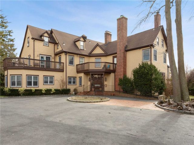 9 BR,  6.00 BTH Colonial style home in Lawrence