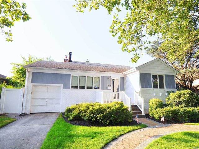 3 BR,  2.00 BTH  Exp ranch style home in Little Neck