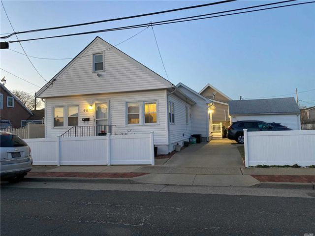 3 BR,  2.00 BTH Exp ranch style home in Island Park