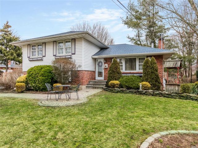3 BR,  3.00 BTH  Split level style home in Commack