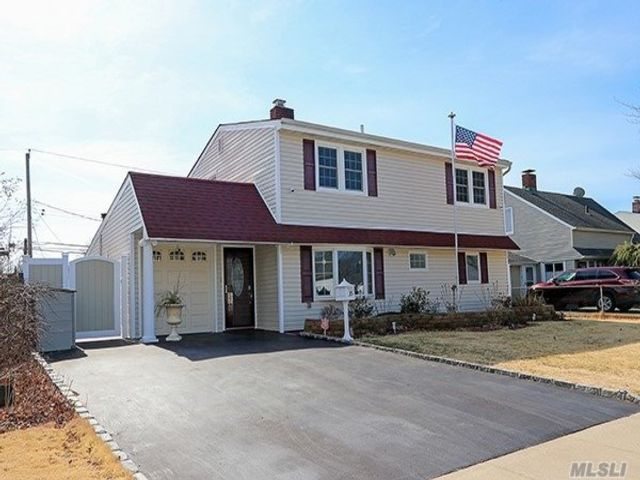 5 BR,  3.00 BTH  Colonial style home in Levittown