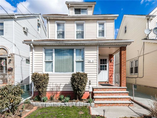 4 BR,  3.00 BTH Colonial style home in Rosedale