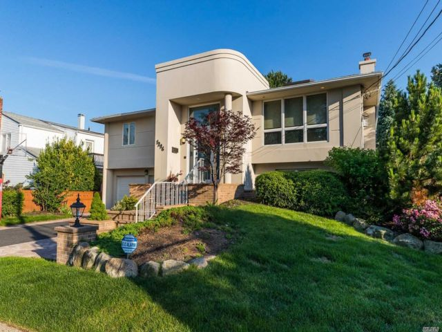 5 BR,  3.00 BTH Hi ranch style home in Merrick