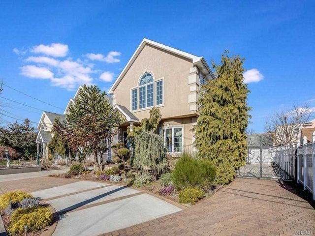 5 BR,  2.50 BTH Colonial style home in Cedarhurst