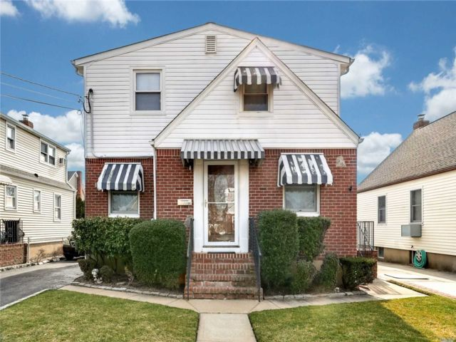 4 BR,  2.00 BTH  Exp cape style home in North Bellmore