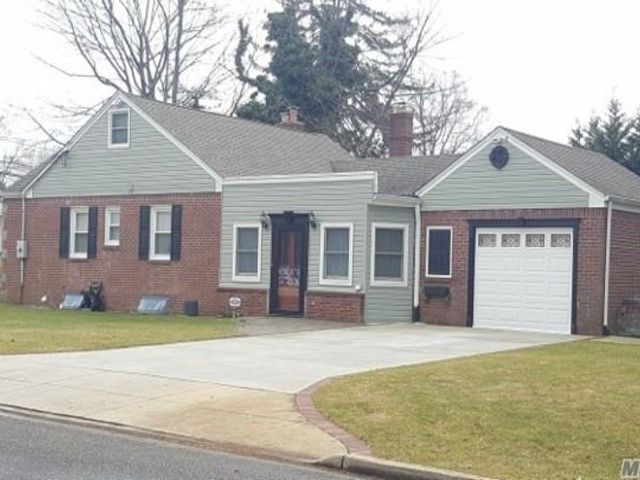 4 BR,  3.00 BTH  Exp ranch style home in Massapequa