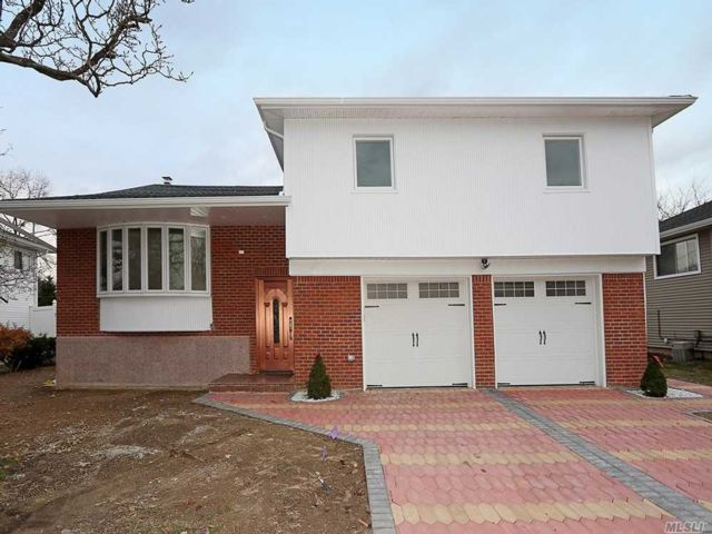 5 BR,  3.00 BTH Split style home in Manhasset Hills