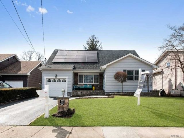 5 BR,  3.00 BTH  Exp cape style home in North Bellmore