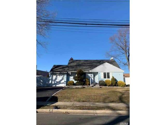 4 BR,  1.00 BTH Cape style home in West Babylon