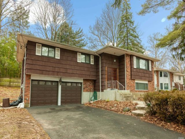 4 BR,  3.00 BTH  Hi ranch style home in Roslyn
