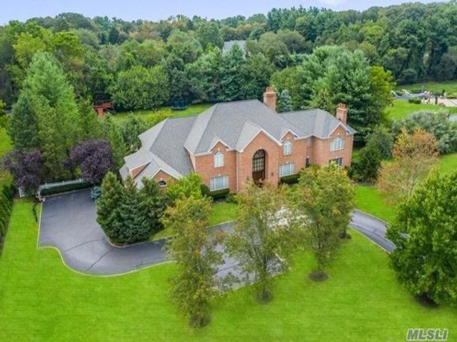 5 BR,  5.00 BTH Colonial style home in Upper Brookville