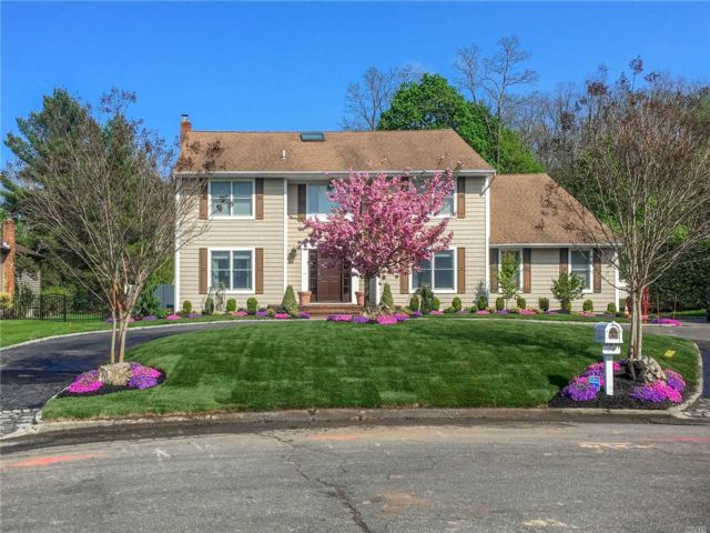 4 BR,  5.00 BTH Colonial style home in Woodbury