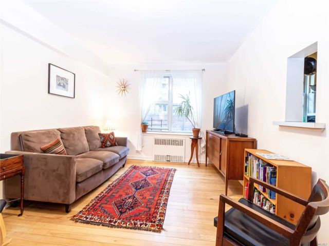 2 BR,  1.00 BTH  Mid rise style home in Woodside