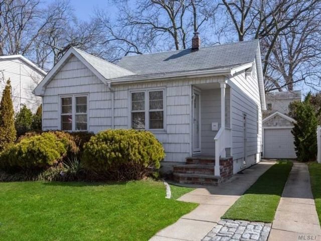 2 BR,  1.00 BTH  Ranch style home in North Bellmore