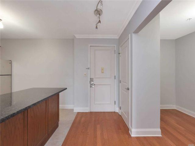 1 BR,  1.00 BTH Condo style home in Westbury