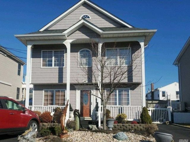 3 BR,  2.00 BTH Colonial style home in Lindenhurst