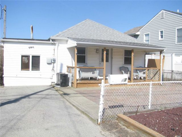 1 BR,  1.00 BTH Ranch style home in Babylon