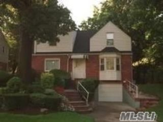 3 BR,  3.00 BTH  Colonial style home in Holliswood