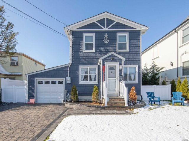 3 BR,  3.00 BTH Colonial style home in Massapequa