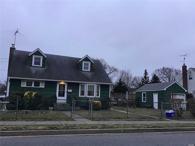 4 BR,  1.00 BTH Cape style home in Oceanside