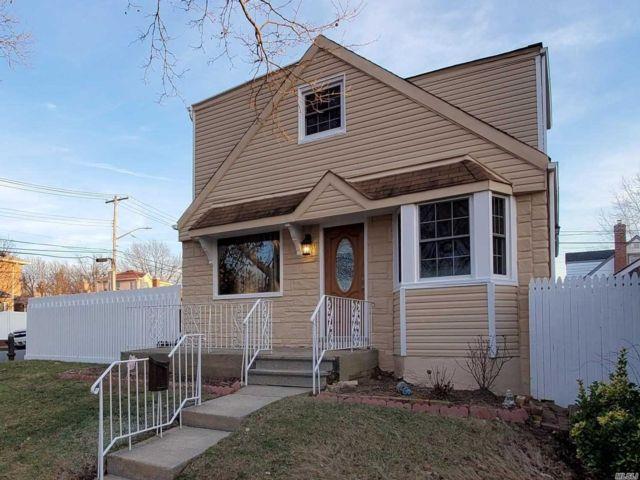 4 BR,  2.00 BTH Exp cape style home in Whitestone