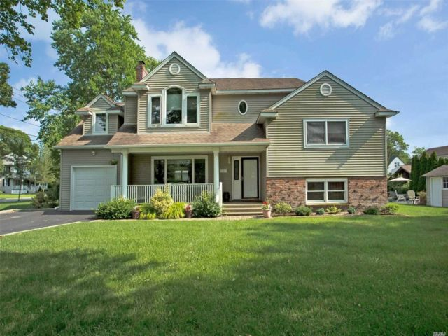 5 BR,  2.50 BTH Colonial style home in Brightwaters
