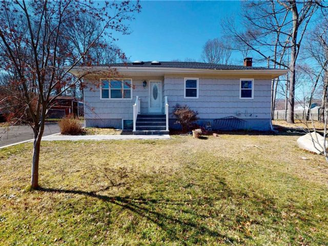 3 BR,  3.00 BTH  Ranch style home in Shirley