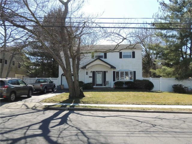 4 BR,  2.00 BTH  Splanch style home in West Islip