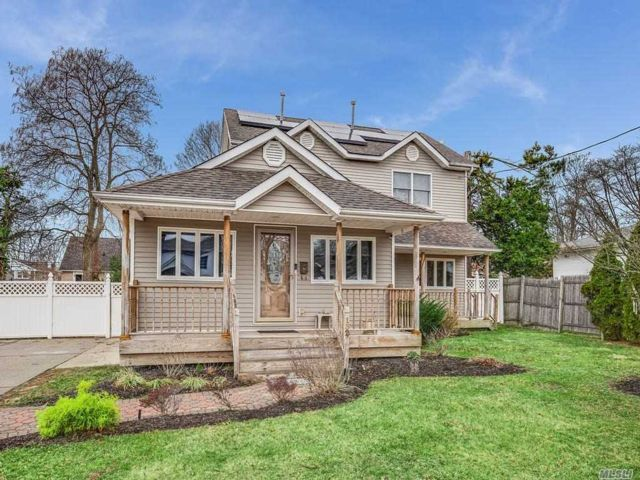 4 BR,  3.00 BTH Exp cape style home in Wheatley Heights