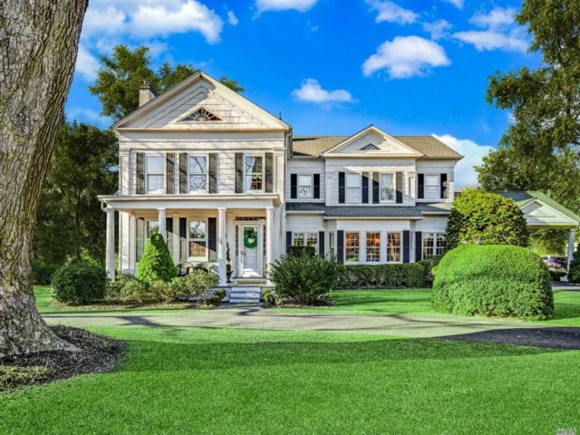 5 BR,  4.00 BTH Colonial style home in Water Mill
