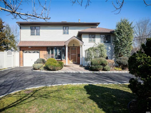 4 BR,  4.00 BTH Split level style home in Commack