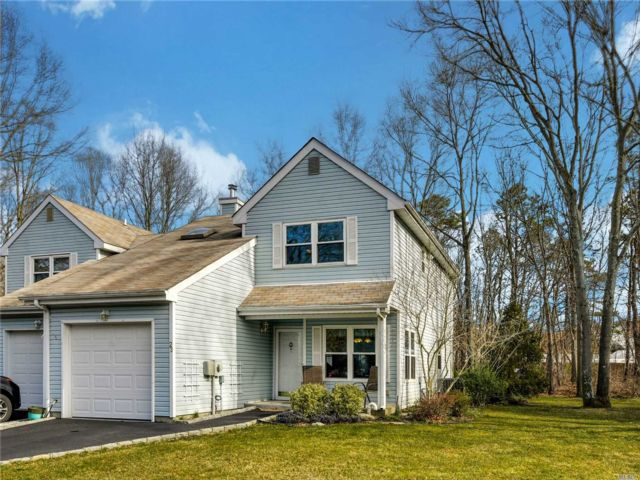 3 BR,  1.50 BTH Condo style home in Holtsville
