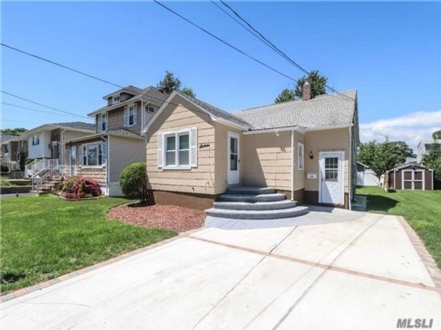 2 BR,  1.00 BTH Exp ranch style home in Lindenhurst
