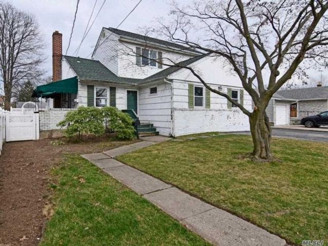 5 BR,  2.00 BTH  2 story style home in South Hempstead