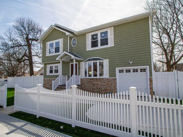 5 BR,  2.00 BTH Colonial style home in Freeport