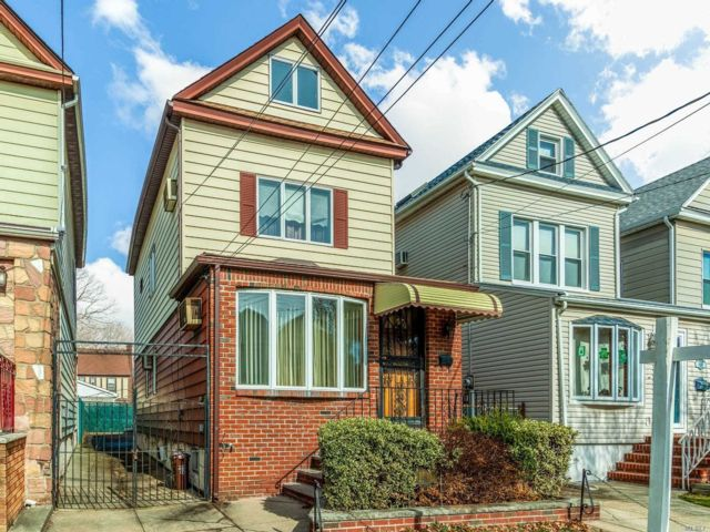3 BR,  2.00 BTH Colonial style home in Glendale