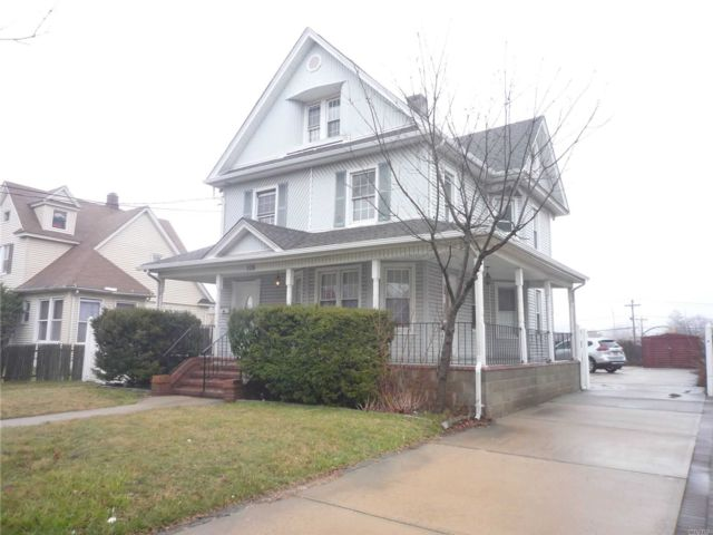 7 BR,  2.50 BTH Colonial style home in Freeport