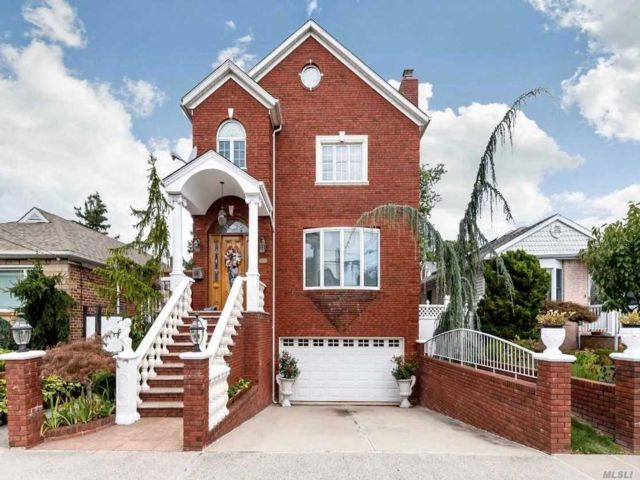 4 BR,  2.55 BTH Colonial style home in Beechhurst