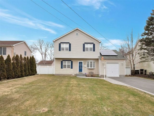 5 BR,  3.00 BTH Colonial style home in East Islip