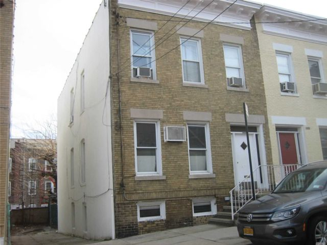 4 BR,  2.50 BTH Colonial style home in Astoria