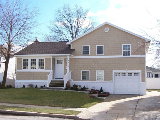 3 BR,  2.50 BTH  Split style home in North Bellmore
