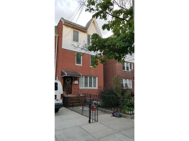 5 BR,  3.00 BTH  Townhouse style home in Astoria