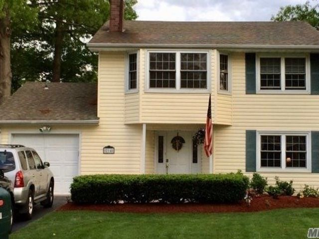 4 BR,  1.50 BTH  Colonial style home in Holbrook