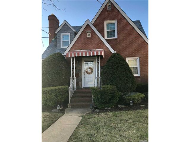 2 BR,  1.00 BTH Cape style home in Mineola