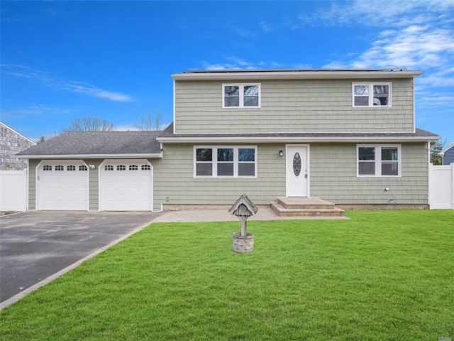 5 BR,  2.00 BTH  Colonial style home in Lake Grove