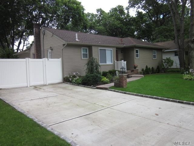 3 BR,  2.50 BTH  Exp ranch style home in East Meadow