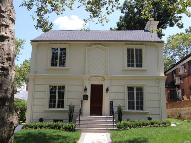 5 BR,  4.00 BTH Colonial style home in Jamaica Estates