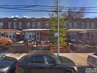 3 BR,  3.00 BTH  Colonial style home in Woodside
